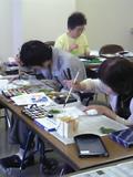 絵手紙を製作する参加者