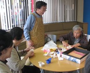 折り紙で箱を作っています