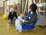 子育てひろばに参加した乳児とのスキンシップをする児童厚生員