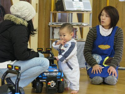 子どもの成長を話し合う保護者と児童厚生員
