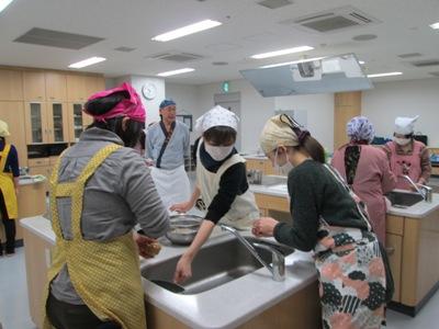 料理教室 米をといでいるところ