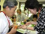 粋な男準備委員会のメンバー(右)と参加者.JPG