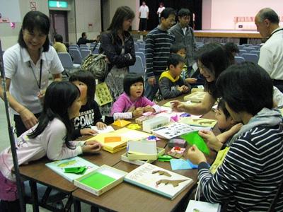 折り紙体験を楽しむ親子